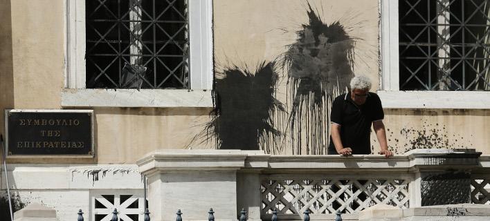 Δικαστές ΣτΕ για την επίθεση από τον Ρουβίκωνα: Oταν υποχωρούν οι θεσμοί, το κενό καλύπτει η βία