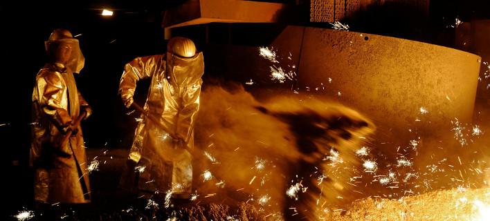 Εργαζόμενοι στη γερμανική χαλυβουργία Salzgitter AG (Φωτογραφία αρχείου: ΑΡ)