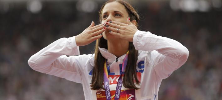 Η Κατερίνα Στεφανίδη στο βάθρο του Παγκοσμίου πρωταθλήματος (Φωτογραφία: AP/ Alastair Grant)