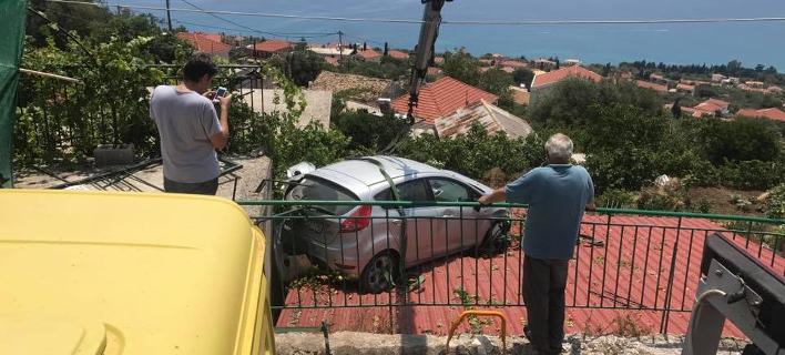 Κεφαλονιά: Αυτοκίνητο προσγειώθηκε σε στέγη γκαράζ [εικόνες]