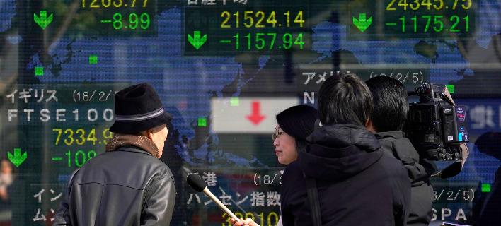 Μεγάλη πτώση σημείωσαν οι χρηματιστηριακές αγορές τη Δευτέρα. Φωτογραφία: AP