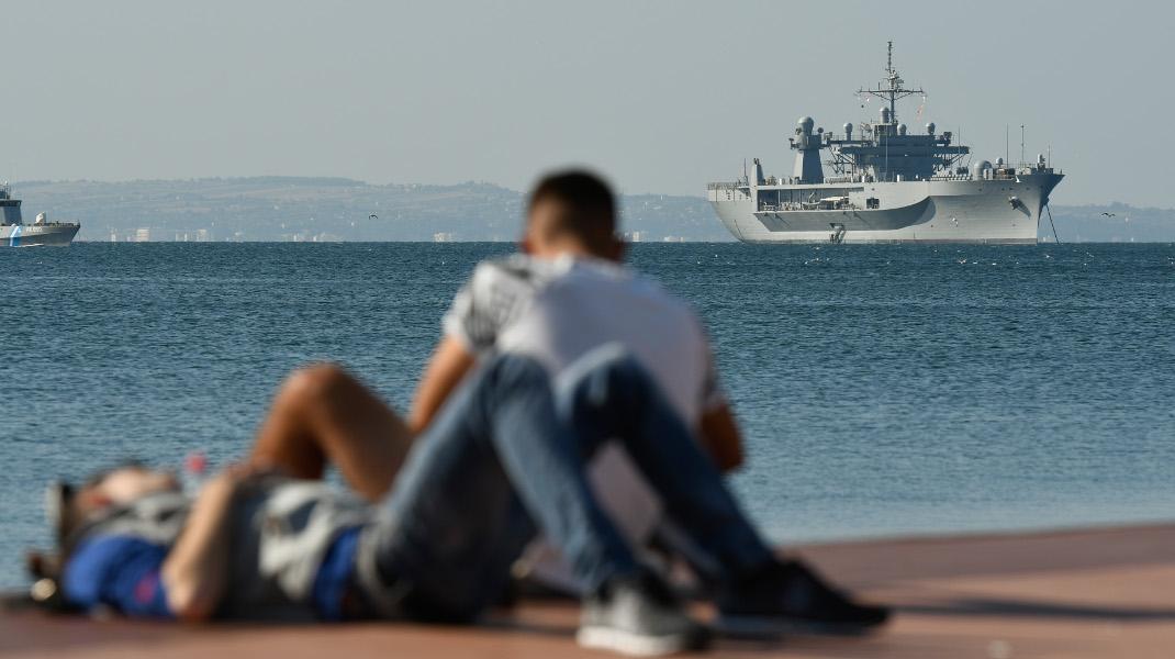 Ρομαντζάδα με φόντο την ναυαρχίδα του 6ου Αμερικανικού Στόλου στη Θεσσαλονικη -Φωτογραφία: INTIMEnews / INTIMEsports