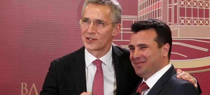 O ΓΓ του ΝΑΤΟ, Γενς Στόλτενμπεργκ και ο πρωθυπουργός της ΠΓΔΜ, Ζόραν Ζάεφ (Φωτογραφία αρχείου: ΑΡ)