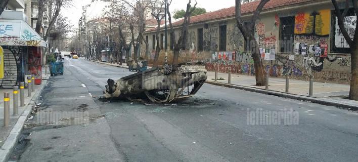Χάος στο Πολυτεχνείο: Κουκουλοφόροι αναποδογύρισαν αυτοκίνητα, τα πυρπόλησαν, έσπασαν τρόλεϊ [εικόνες]