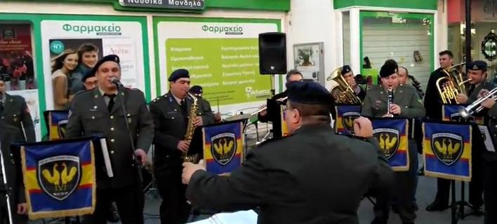 Στρατιωτική μπάντα στην Αλεξανδρούπολη τραγούδησε ποπ-ροκ με πάθος [βίντεο]
