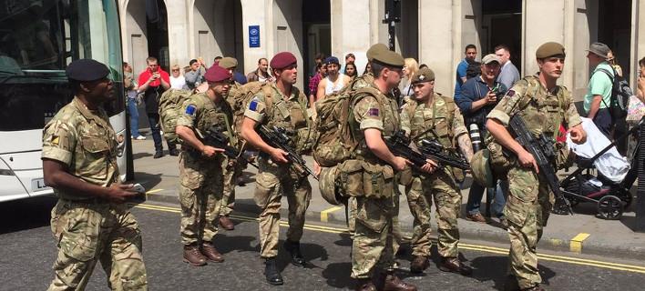 Ο στρατός βγήκε στους δρόμους του Λονδίνου -Βαριά οπλισμένοι στρατιώτες, έτοιμοι για όλα [εικόνες]
