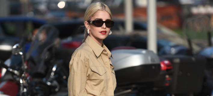 Mια fashion blogger ποζάρει στο φακό/ Φωτογραφία: Shutterstock