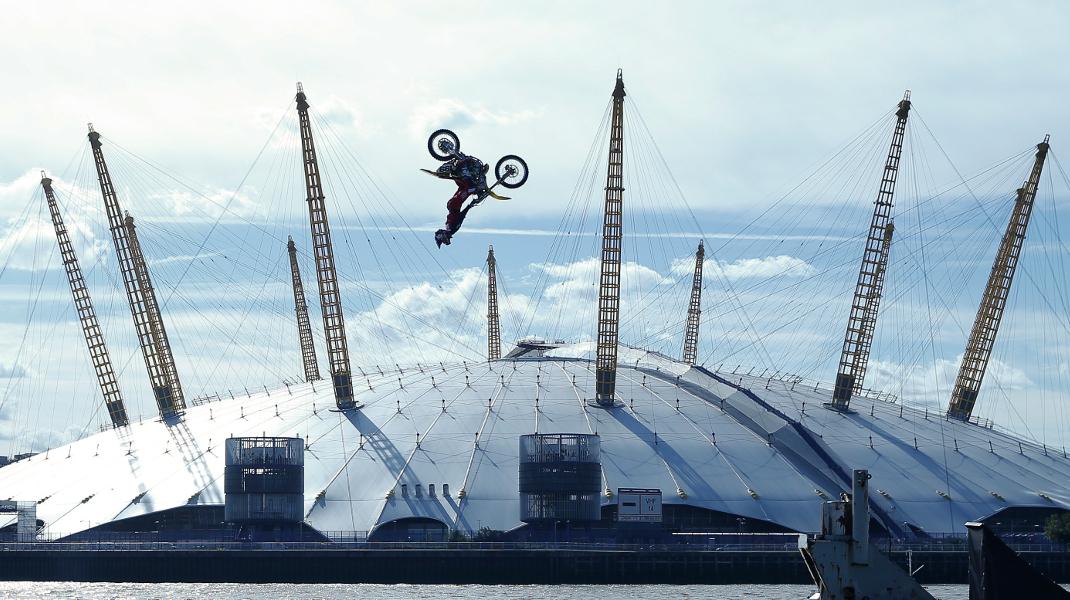 Επαγγελματίας κασκαντέρ πηδά τον Τάμεση με μοτοσυκλέτα κάνοντας ανάποδη τούμπα στον αέρα -Φωτογραφία: AP Photo/Alastair Grant