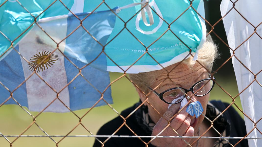 Δάκρυα για τους αγνοούμενους στο υποβρύχιο της Αργεντινής που χάθηκε στον Ατλαντικό-Φωτογραφία: AP Photo/Esteban Felix)