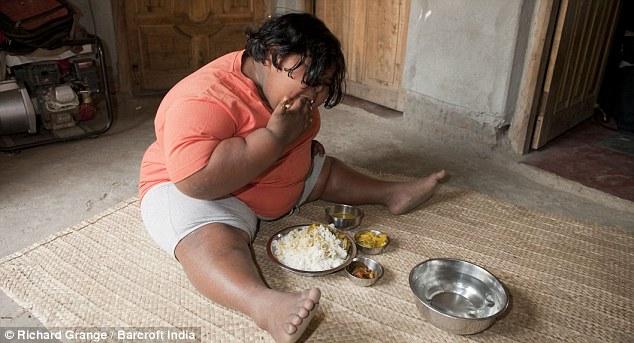 Είναι 9 ετών και ζυγίζει 92 κιλά - Τρώει 180 μπανάνες, 8 κιλά πατάτες, 14 κιλά ρυζιού και 8 κιλά ψάρια σε μια εβδομάδα