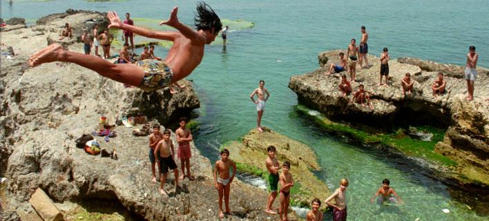 Βουτιες στη θάλασσα. Φωτογραφία: Associated Press