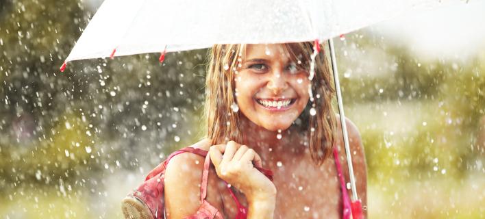 Γυναίκα στη βροχή /Φωτογραφία: Shutterstock