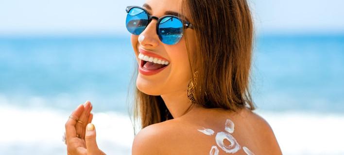 Μοντέλο ποζάρει στο φακό/Φωτογραφία: Shutterstock