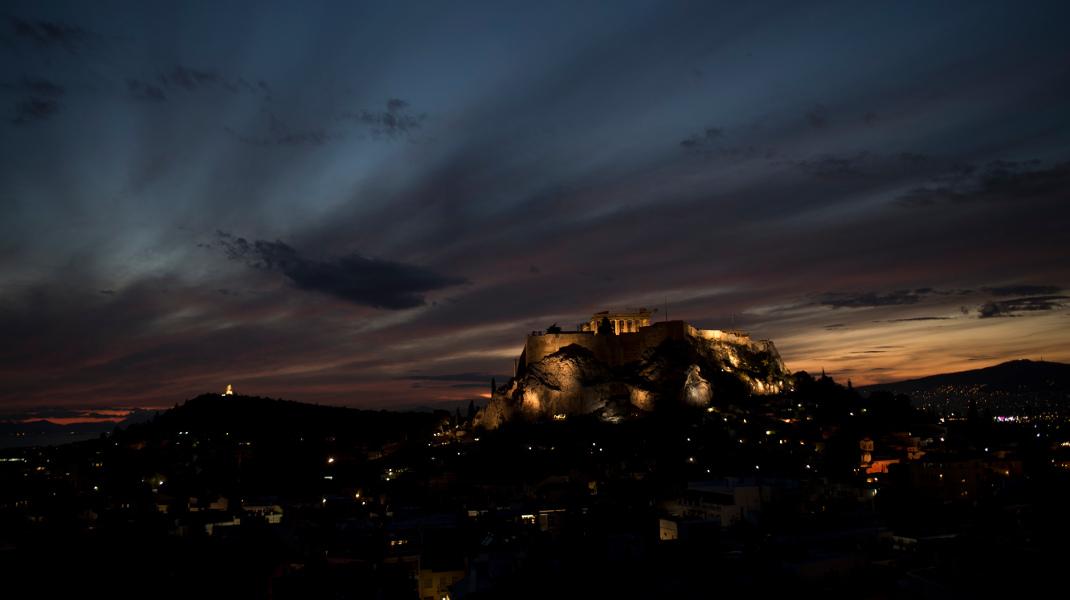 Τα χρώματα της δύσης και η Ακρόπολη μάγεψαν διεθνή πρακτορεία -Φωτογραφία: AP Photo/Petros Giannakouris