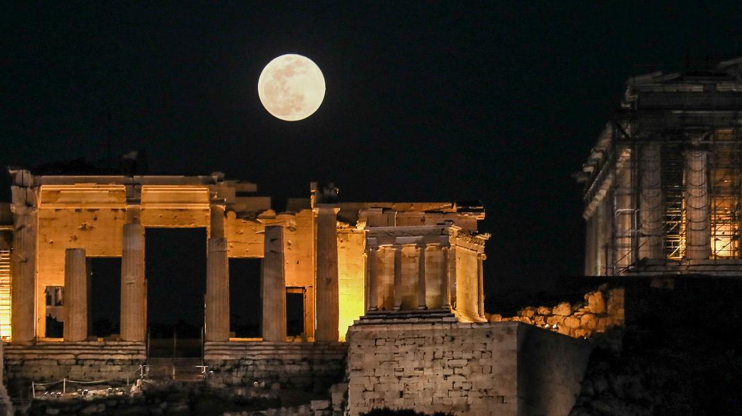Μαγικό θέαμα: Η υπερσελήνη ανατέλλει πάνω από την Ακρόπολη -Φωτογραφία: Intimenews/ΛΙΑΚΟΣ ΓΙΑΝΝΗΣ