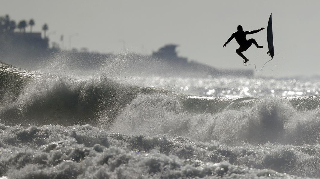 Στο Σαν Ντιέγκο της Καλιφόρνια ο σέρφερ δαμάζει τα επικίνδυνα κύματα παρά τις προειδοποιήσεις των αρχών -Φωτογραφία: AP Photo/Gregory Bull
