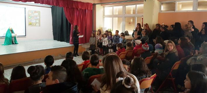 Παιδιά προσφύγων και Ελλήνων είπαν μαζί κάλαντα και τραγούδια σε σχολεία της Θεσσαλονίκης [εικόνες]