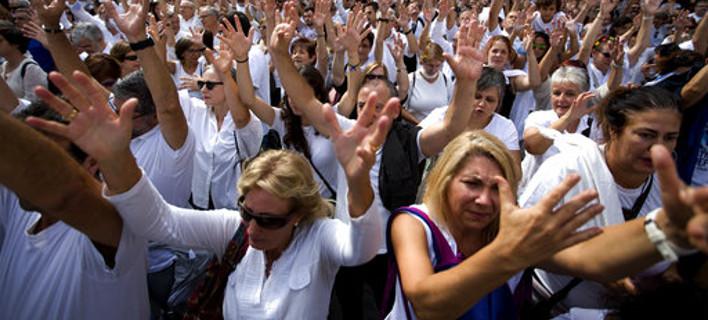 Συγκεντρωμένοι στην πλατεία Sant Jaume της Βαρκελώνης. AP Photo/Emilio Morenatti