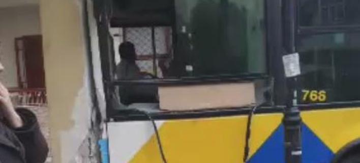 Λεωφορείο έπεσε πάνω σε κολόνα μετά από σύγκρουση με άλλο λεωφορείο