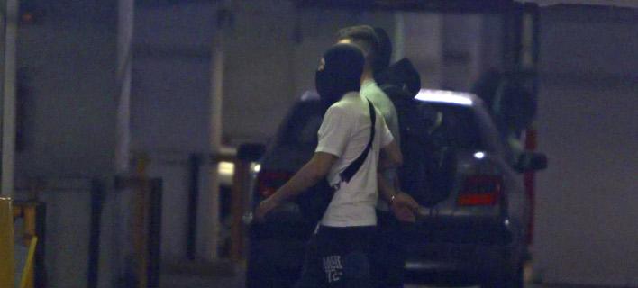 Η στιγμή της μεταφοράς των συλληφθέντων στον ανακριτή / Φωτογραφία: INTIMENEWS/ΝΤΟΥΝΤΟΥΜΗΣ ΧΡΗΣΤΟΣ