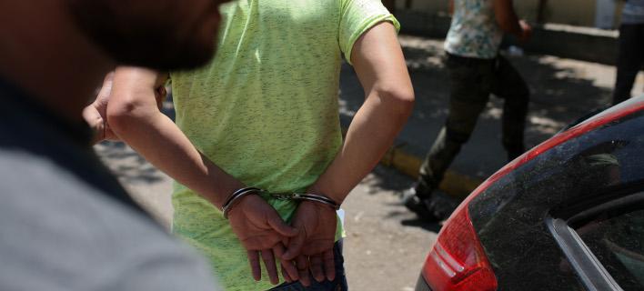 Χειροπέδες σε 29χρονο Σκοπιανό / Φωτογραφία αρχείου: INTIME NEWS/ΜΠΑΜΠΟΥΚΟΣ ΓΙΩΡΓΟΣ