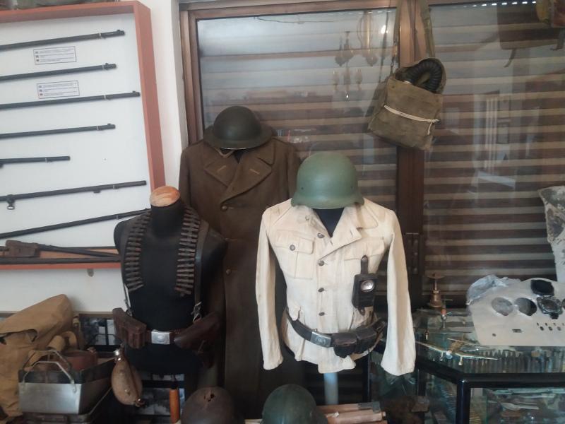Πυροβόλα, πυρομαχικά, κράνη, στολές, εξαρτύσεις, όπλα, τμήματα από Βρετανικά και Γερμανικά οχήματα, από άρματα μάχης, μοτοσικλέτες, κομμάτια από αεροσκάφη