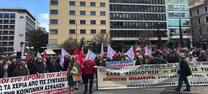 Πορεία των συνταξιούχων στο υπουργείο Εργασίας -Απαιτούν την επιστροφή των περικοπών [βίντεο]