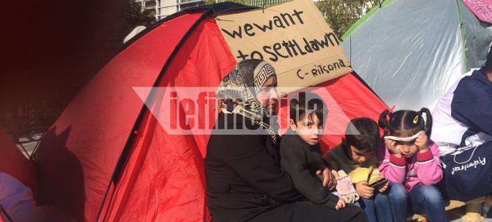 Πάλι γέμισε σκηνές το Σύνταγμα -Απεργία πείνας των μεταναστών, ζητούν ένωση με τις οικογένειές τους [βίντεο]