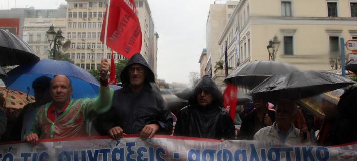Παρά τη βροχή οι συνταξιούχοι βγήκαν να διαμαρτυρηθούν για τα μέτρα -Πορεία στη Βουλή [εικόνες]