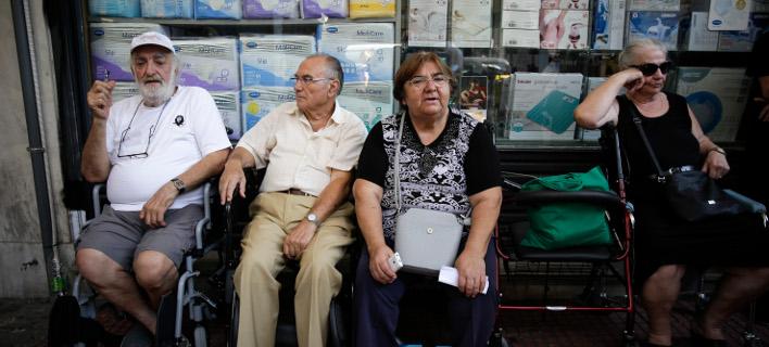 Συνταξιούχοι έξω από τα γραφεία του ΕΦΚΑ-Φωτογραφία: Eurokinissi/Στέλιος Μίσινας