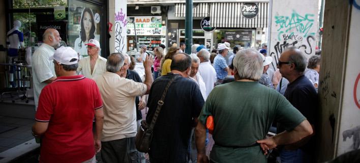Συνταξιούχοι έξω από τα γραφεία του ΕΦΚΑ/Φωτογραφία αρχείου: Eurokinissi
