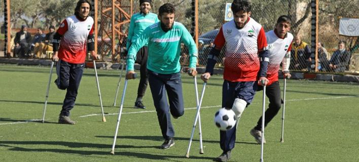 Ψυχάρες: Η ποδοσφαιρική ομάδα αναπήρων πολέμου της Συρίας -Παίζουν με τις πατερίτσες τους [βίντεο]