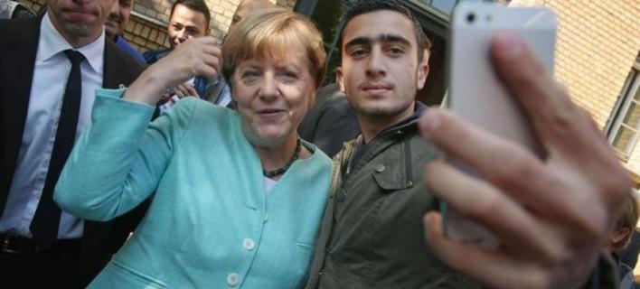Ο διάσημος Σύρος πρόσφυγας που πόζαρε με τη Μέρκελ μηνύει το Facebook [εικόνες]