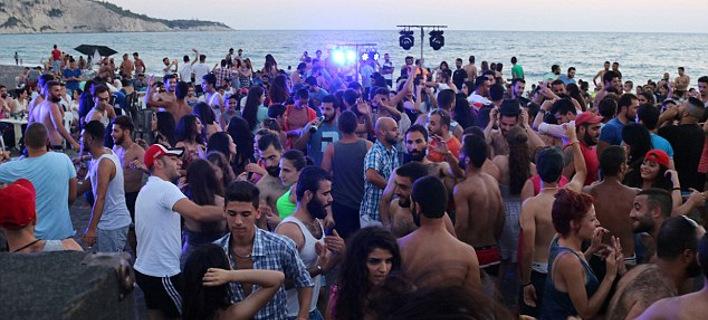Μία άλλη Συρία: Με νέους να χορεύουν με μαγιό σε παραλία [εικόνες]