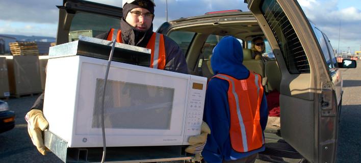 Καταναλωτής οδηγεί τον φούρνο του στην... ανακύκλωση / Φωτογραφία: AP Images