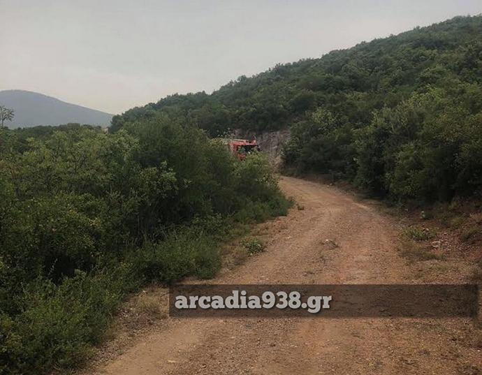 Στην περιοχή έχουν σπεύσει και πυροσβεστικά αεροπλάνα προκειμένου να βοηθήσουν στην έρευνα.