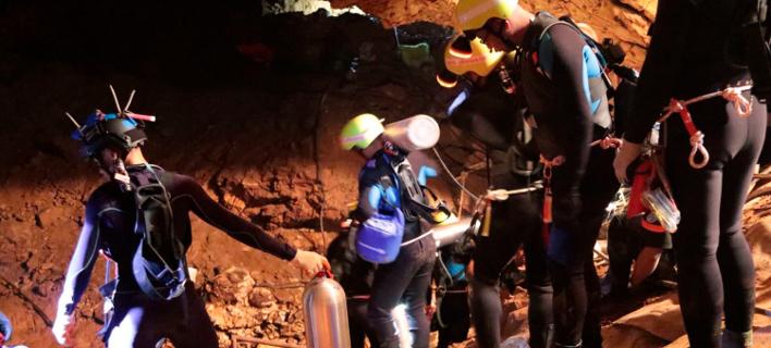 Παγκόσμια αγωνία: Σε εξέλιξη ο απεγκλωβισμός από το σπήλαιο στην Ταϊλάνδη -Εβγαλαν ένα παιδί ακόμη