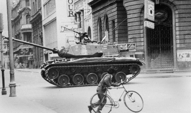 Τανκ κατευθύνεται προς το προεδρικό μέγαρο στο Σαντιάγο της Χιλής κατά το πραξικόπημα στρατιωτικών εναντίον του Μαρξιστή προέδρου Αλιέντε, 11 Σεπτεμβρίου  1973. Φωτογραφία: AP Photo