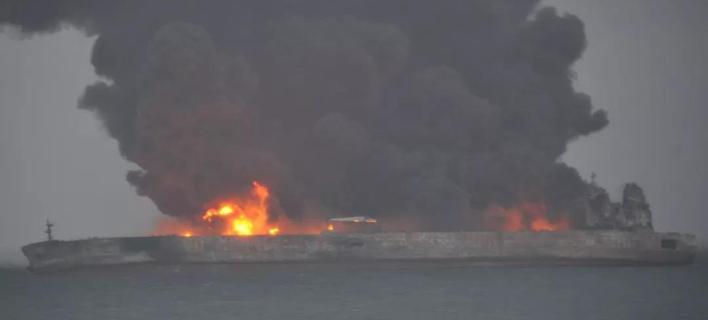Τεράστια πυρκαγιά ξέσπασε στο δεξαμενόπλοιο (Φωτογραφία: Twitter)