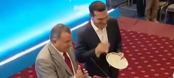 Ο δίσκος που έκαναν δώρο στον Τσίπρα και η αντίδρασή του