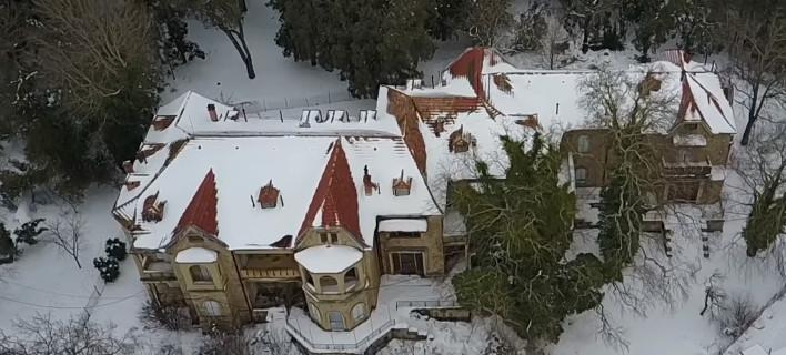 Το Τατόι, όπως δεν το έχετε ξαναδεί: Χιονισμένο, από ψηλά, σαν μυστηριώδες κάστρο [βίντεο]