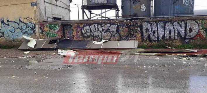 Φωτογραφία: tempo24.gr/ Ο αέρας ξεκόλλησε στέγαστρο του ΟΣΕ στην Πάτρα- Αιωρείτο μέχρι που καρφώθηκε σε σούπερ μαρκετ [εικόνες & βίντεο]