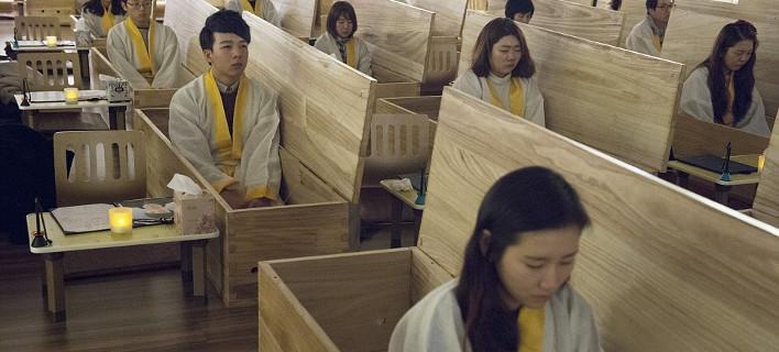 Eτσι είναι να είσαι νεκρός για μία μέρα -Οι σχολές «θανάτου» που κατέκτησαν την Νότια Κορέα [εικόνες]