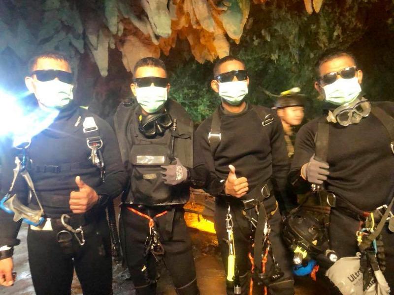 Η ομάδα των 4 δυτών που βγήκε τελευταία από το σπήλαιο. Φωτογραφία: AP