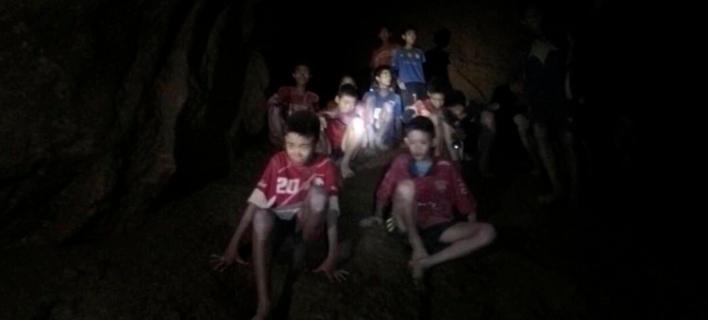 Τα παιδιά ζουν εδώ και 13 ημέρες στο απόλυτο σκοτάδι μέσα στο σπήλαιο. Φωτογραφία: AP