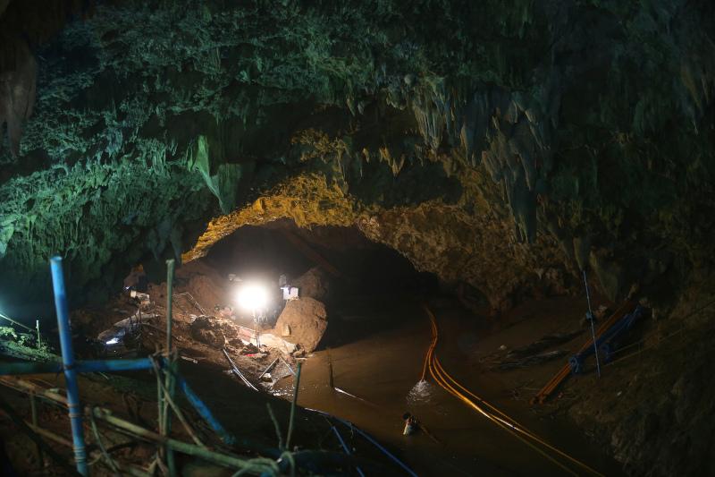 Μέσα σε ένα σύμπλεγμα σπηλαίων βρίσκονται τα παιδιά και ο 25χρονος προπονητής τους. Φωτογραφία: AP