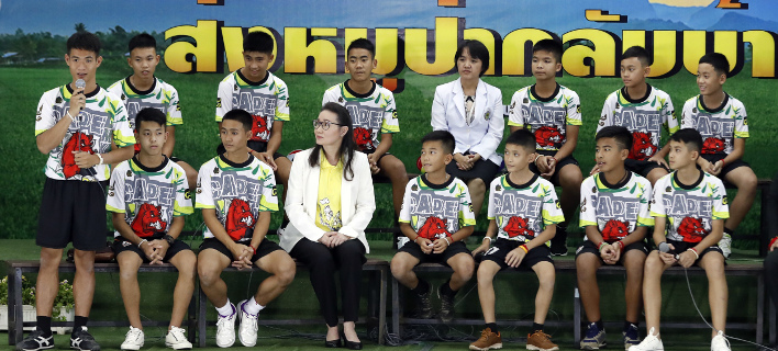 Τα 12 παιδιά και ο προπονητής τους μιλούν για την περιπέτεια στο σπήλαιο (Φωτογραφία: AP/ Vincent Thian)