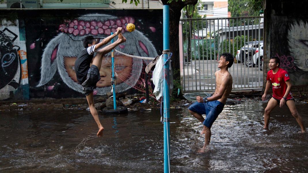 Το Chinlone: Ενας συνδυασμός σπορ και χορού ιδιαίτερα δημοφιλές στην Ταϊλάνδη -Φωτογραφία: AP Photo/Gemunu Amarasinghe