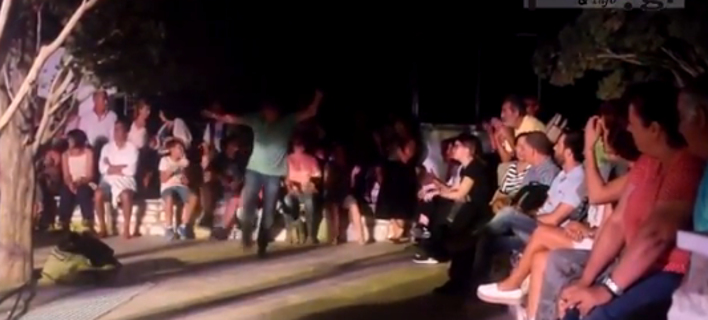 Viral: Aνδρας χόρεψε ζεϊμπέκικο σε συναυλία στην Πάρο και όλο το κοινό χειροκροτούσε [βίντεο]