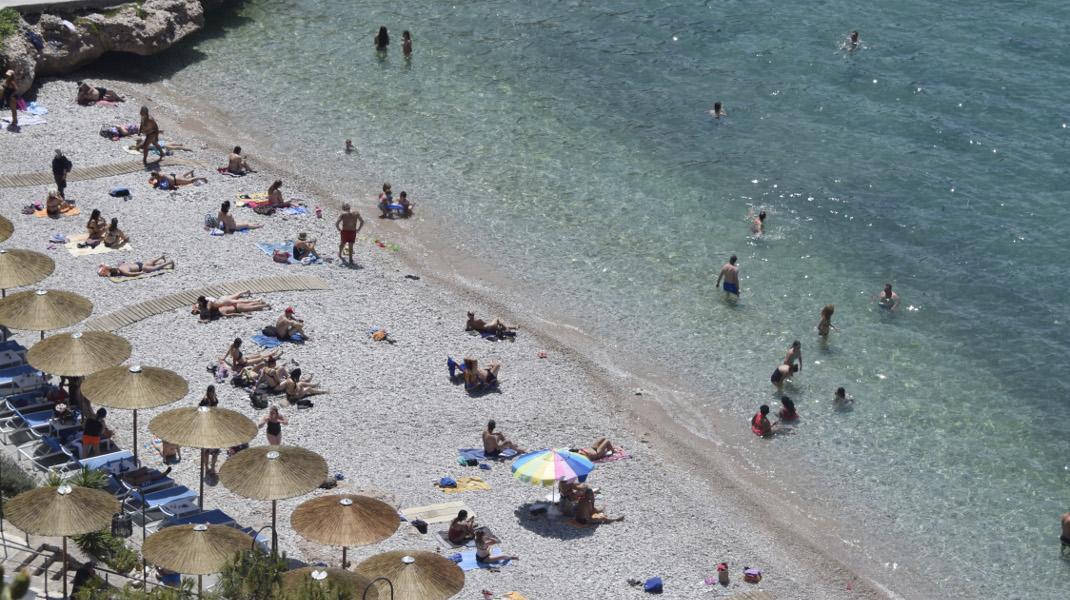 Ο πρόωρος καύσωνας έστειλε κόσμο στην παραλία της Αρβανιτιάς στο Ναύπλιο -Φωτογραφία: Eurokinissi-ΠΑΠΑΔΟΠΟΥΛΟΣ ΒΑΣΙΛΗΣ